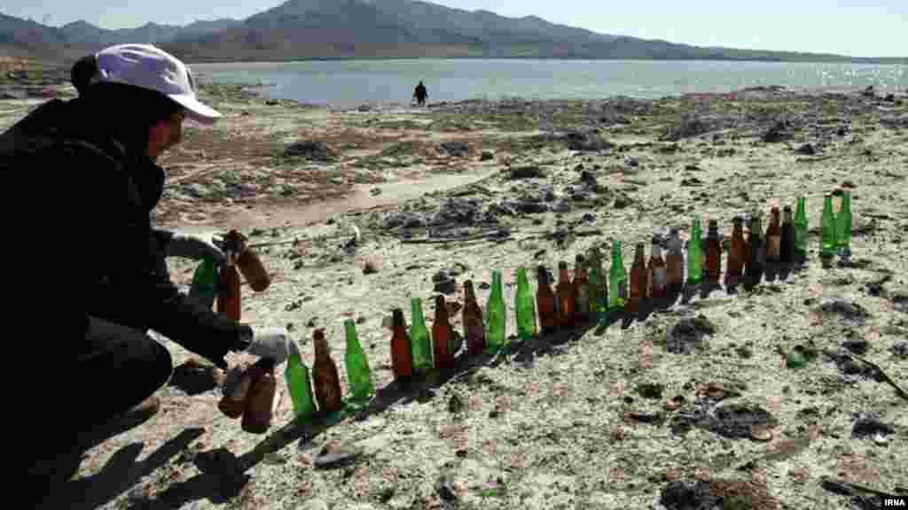جمع آوری زباله های حاشیه دریاچه ارومیه. عکس: طاها اصغرخانی، ایرنا