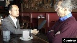 Tác giả (trái) phỏng vấn ông Frederic Brown trước đây. (Hình: Trích xuất từ video trên BBC Tiếng Việt)