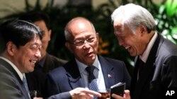 新加坡国防部长黄永宏(右)与其他国家的国防官员交谈