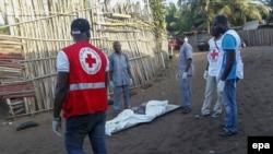 Le personnel médical transportant les corps de victimes de l'attentat de Grand-Bassam, le 13 mars 2016. epa / LEGNAN KOULA)