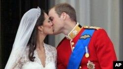 威廉王子在白金漢宮陽台上親吻新娘子凱特.米德爾頓