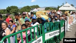 Orang-orang menyeberangi jembatan Simon Bolivar di perbatasan Kolombia-Venezuela yang dibuka sebagian di San Antonio del Tachira, Venezuela, 8 Juni 2019. (Foto: REUTERS/Carlos Eduardo Ramirez)