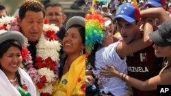 Tổng thống Venezuela Hugo Chavez (trái) và đối thủ của ông, Henrique Capriles.