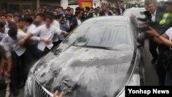 사드 배치 관련 주민설명회를 위해 15일 경북 성주군청을 방문한 총리 관용차량이 오물을 뒤집어썼다.