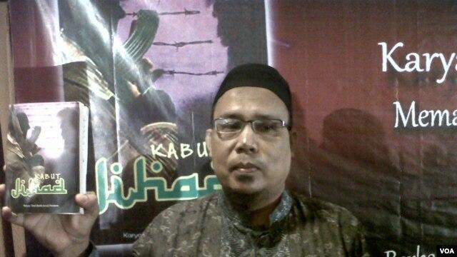 Terpidana teroris Khairul Gazali memegang novelnya 'Kabut Jihad' yang ditulis di penjara. (foto: Andylala Waluyo)