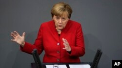 انگلا مرکل صدراعظم آلمان حین سخنرانی در برابر پارلمان