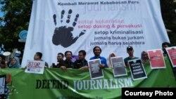 Jurnalis anggota AJI dan PPMI Kota Solo berorasi dalam peringatan Hari Kebebasan Pers Sedunia di Monumen Pers, Solo, Jumat, 3 Mei 2019. (Foto: AJI Solo/dok)