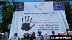 Jurnalis anggota AJI dan PPMI Kota Solo berorasi dalam peringatan Hari Kebebasan Pers Sedunia di Monumen Pers, Solo, Jumat (3/5/2019). (Foto: AJI Solo)