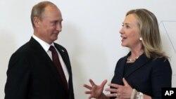 Presiden Rusia Vladimir Putin (kiri) bertemu Menlu AS Hillary Rodham Clinton di sela-sela KTT APEC di Vladivostok, Rusia (8/9).