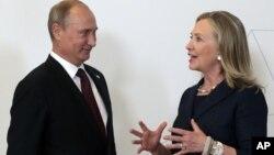 Ngoại trưởng Hoa Kỳ Hillary Clinton (phải) và Tổng thống Nga Vladimir Putin tại hội nghị thượng đỉnh APEC ở Vladivostok