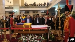 Foto yang dirilis kantor kepresidenan Miraflores ini menampilkan para sahabat Presiden Hugo Chavez mengelilingi peti jenazahnya yang disemayamkan di akademi militer Fort Tiuna di Caracas, Venezuela (6/3). Dari kiri: Presiden Argentina Cristina Fernandez, Presiden Sementara Venezuela Nicolas Maduro, Presiden Uruguay Jose Mujica, Presiden Bolivia Evo Morales dan Istri Mujica-Senator Uruguay Lucia Topolansky.