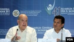 El secretario general de la OEA, José Miguel Insulza, y el canciller de El Salvador, Hugo Martínez.