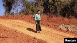 Petani Burma, U Thant Lwin berdiri di dekat bekas sawahnya dekat kota Pyin Oo Lwin, Burma yang kini dibangun pipa gas alam ke China (foto: dok).