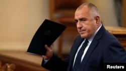 PM Bulgaria, Boiko Borisov, melambaikan tangan saat ia tiba untuk suatu perdebatan di parlemen, sebelum jajak pendapat terkait pengunduran diri pemerintahannya di Sofia, Bulgaria, 16 November 2016 (foto: REUTERS/Stoyan Nenov)