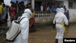Des agents de santé à Monrovia le 17 aoû t 2014.