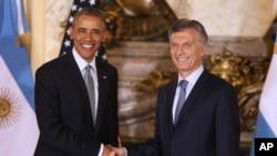 Prezida wa Amerika, Barack Obama saramukanya na prezida wa Argentine, Mauricio Macri mu biro vyiwe i Buenos Aires, Argentina, kw'italiki 23 z'ukwezi kwa gatatu, umwaka w'i 2016.