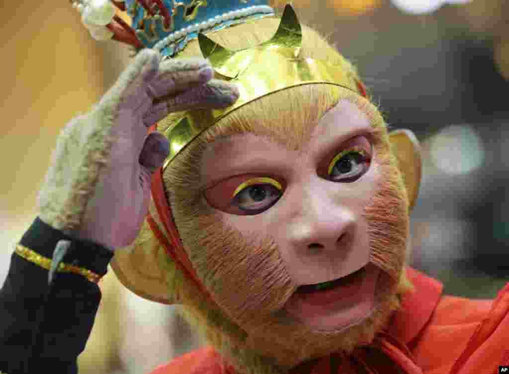 ماسک خدای افسانه ای میمون در آغاز مراسم جشن سال نوی چینی در تایلند