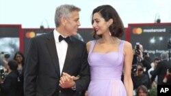 جرج کلونی و امل کلونی روی فرش قرمز جشنواره ونیز، به مناسبت نخستین نمایش جهانی فیلم سابربیکان