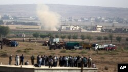 Khói bốc lên sau khi xe tăng của nhóm Nhà nước Hồi giáo pháo đạn về hướng trung tâm thành phố Kobani ở Syria, 3/10/14