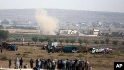 Asap mengepul ketika sebuah tank ISIS diledakkan di dekat kota Kobani di Suriah sementara pertempuran meningkat antara kelompok Kurdi Suriah dan ISIS (3/10/2014).