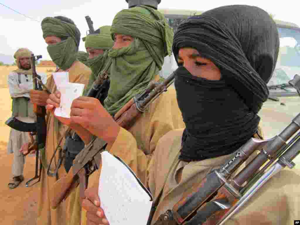 DIMANCHE.Une dizaine de morts dans des affrontements entre groupes rivaux au Mali.Huit à dix personnes ont été tuées samedi au Mali, lors d'affrontements entre groupes armés, a-t-on appris dimanche de sources proches des protagonistes et des services de sécurité. Lire la suite ici.