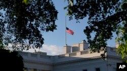 La bandera estadounidense ondea a media asta en la Casa Blanca por las víctimas del ataque terrorista en Orlando, Florida.