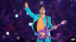Prince biểu diễn trong giờ nghỉ của một trận Super Bowl XLI tại sân vận động Dolphin ở Miami, Florida, 04 tháng 2 năm 2007.