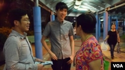 有街坊向麥子豪(左)及譚俊文反映意見 (美國之音湯惠芸拍攝)