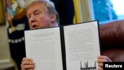 Tổng thống Mỹ Donald Trump ký ban hành thỉ thị áp đặt thuế nhập khẩu lên các sản phẩm quang điện vào ngày 23/1/2018.