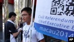 8月24日,一名男子在澳門街頭宣傳星期日舉行的民主公投活動。
