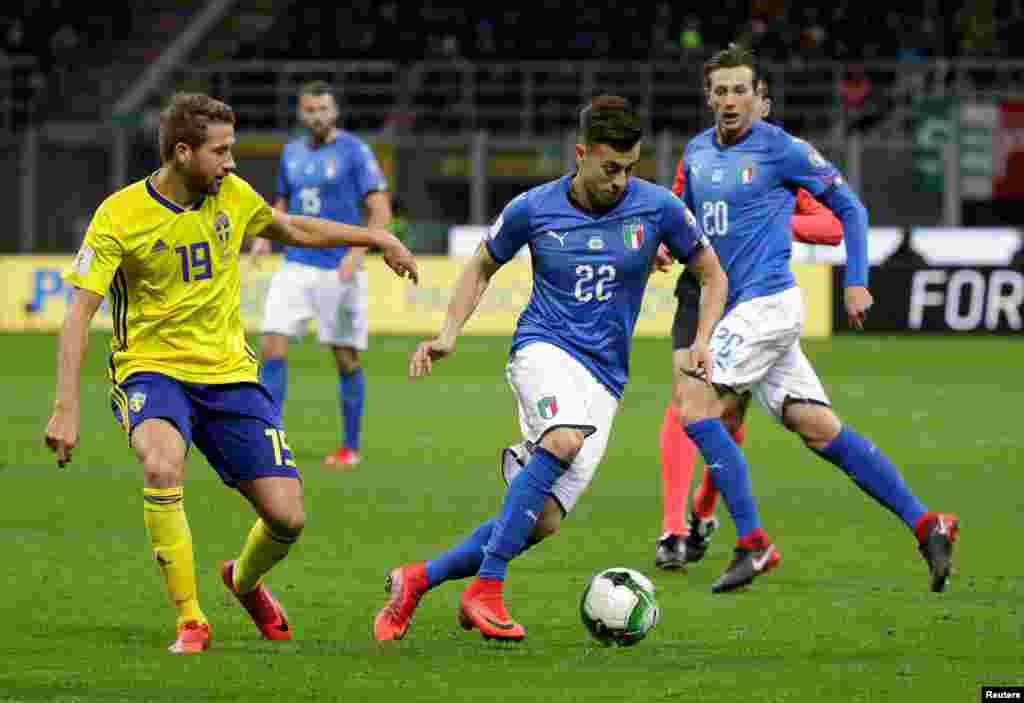 L'Italien Stephan El Shaarawy en action contre le Suédois Marcus Rohden, lors du match de qualification au Mondial 2018, à Milan, le 13 novembre 2017.
