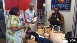UMnu.Phathisa Nyathi uxoxa labesifazana abenhlanganiso yeLupane Women's Center.