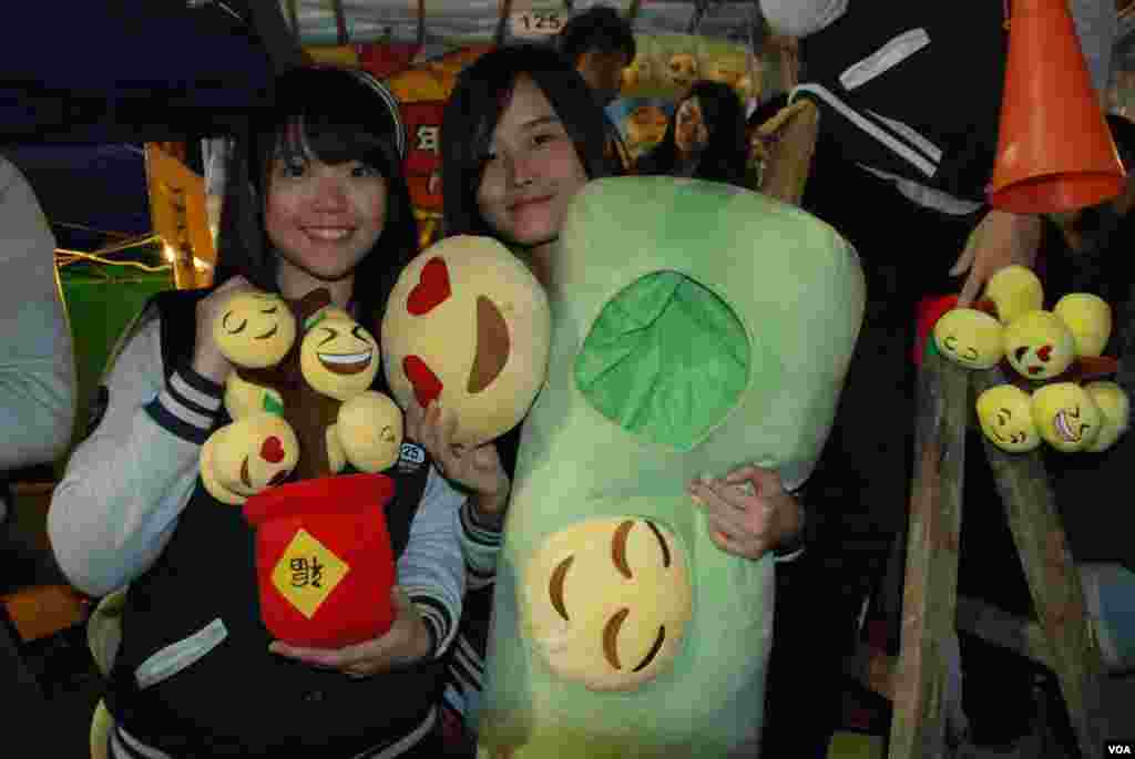 These toys that show smiles satirizing the Hong Kong chief sold out before the Lunar New Year Fair ended.