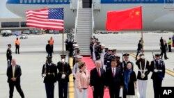 El secretario de Estado Rex Tillerson, y su esposa Renda St. Clair, reciben al presidente chino Xi Jinping y a su esposa Peng Liyuan, en el aeropuerto internacional de Palm Beach el jueves 6 de abril de 2017 en West Palm Beach.