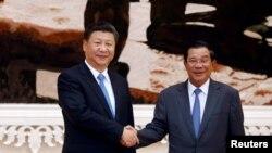 13일 캄보디아를 국빈 방문한 시진핑 중국 국가주석(왼쪽)이 훈센 캄보디아 총리와 프놈펜 총리 관저에서 만나 악수하고 있다.
