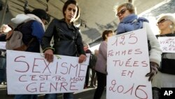 "Para pengunjuk rasa mengangkat poster yang berbunyi ""Seksisme bukan gender saya"" dan ""125 wanita terbunuh selama tahun 2016,""selama berlangsungnya unjuk rasa di Marseille, Perancis selatan, Minggu, 29 Oktober 2017 (foto: AP Photo/Claude Paris)"