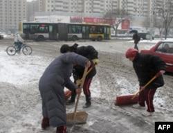 北京市民参加扫雪工作