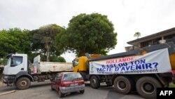 Des camions sont utilisés pour bloquer des routes à Cayenne le 26 mars 2017.