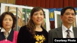 Tiến sĩ Cù Huy Hà Vũ (phải) cùng vợ là luật sư Nguyễn Thị Dương Hà và nhà văn Trần Khải Thanh Thuỷ trong buổi trao Giài Nhân quyền 2014 do Mạng lưới Nhân quyền Việt Nam tổ chức tại San Jose ngày 7-12-2014 (ảnh Bùi Văn Phú)