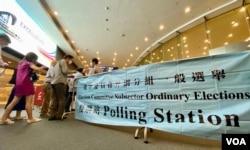 香港选委会选举界别分组选举9月19日早上九时开始投票,湾仔会展投票站外有选民排队轮候成为首批投票的选民 (美国之音/汤惠芸)