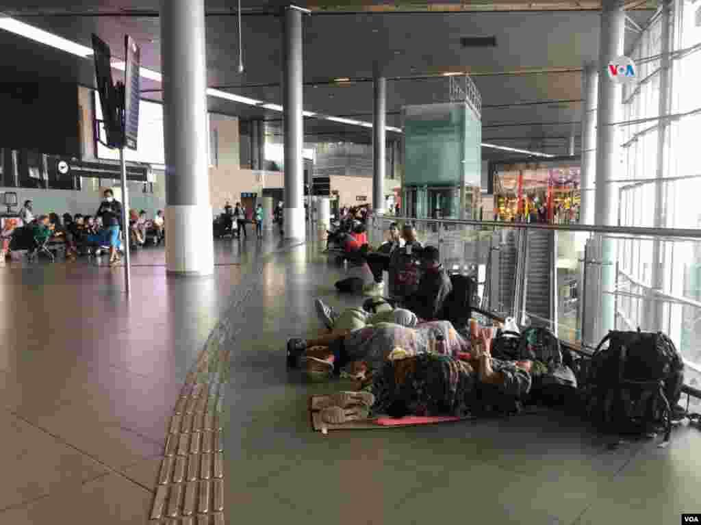 Algunos pasajeros han tenido que pasar varias noches en el aeropuerto de Bogotá, esperando a que las aerolíneas les den una respuesta de cambios de sus vuelos o billetes que puedan ser asequibles para su bolsillo.