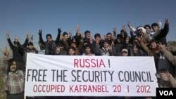 Aksi unjuk rasa menentang veto Russia atas intervensi militer PBB di Suriah, Kanfranbel, Idlib (20/1).