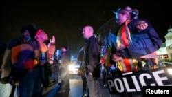 示威者在美國密蘇里州弗格森市,抗議大陪審團決定不就沒有武器的黑人少年布朗之死,起訴白人警察威爾遜 (資料照片)