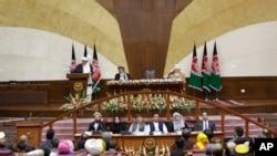 صدر اشرف غنی نو منتخب پارلیمان کے افتتاحی اجلاس سے خطاب کر رہے ہیں۔ (فائل فوٹو)