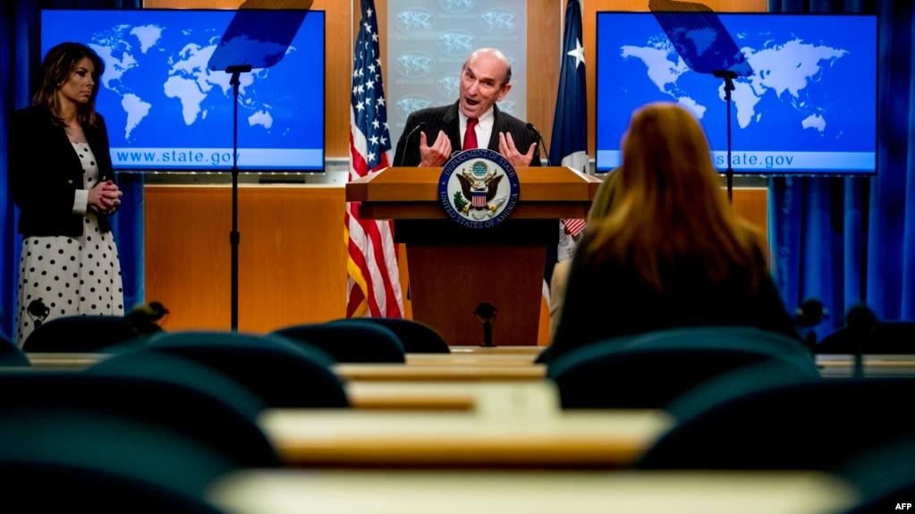 El Representante Especial para Venezuela, Elliott Abrams, acompañado por la portavoz del Departamento de Estado, Morgan Ortagus, habla en una conferencia de prensa en el Departamento de Estado el 31 de marzo de 2020, en Washington, DC.