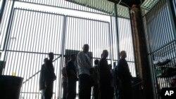 Des sans-papiers dans un centre américain de détention à Tucson, en Arizona, le 9 août 2012. (AP Photo/Ross D. Franklin)