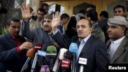 Wakil delegasi Yaman dan delegasi Houthi memberikan keterangan pers soal pembicaraan damai di bandara Sana'a, 20 April lalu (foto: dok).