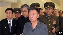 O líder norte-coreano, Kim Jong Ill, de fato cinzento, está doente e parece preparar o seu filho para a sucessão