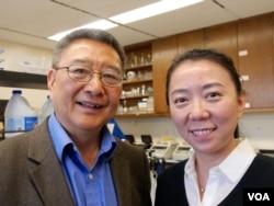 洛杉矶加大的张作风教授和朱怡芳副教授(美国之音国符拍摄)