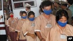Những nghi can bị cáo buộc liên quan đến buôn người bị giải tới Tòa án Hình sự ở Bangkok, Thái Lan, 10/11/2015.